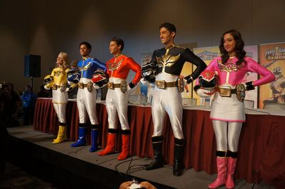 power_rangers_megaforce_cast_at_power_morphicon_3-_photo_taken_by_rangercrew